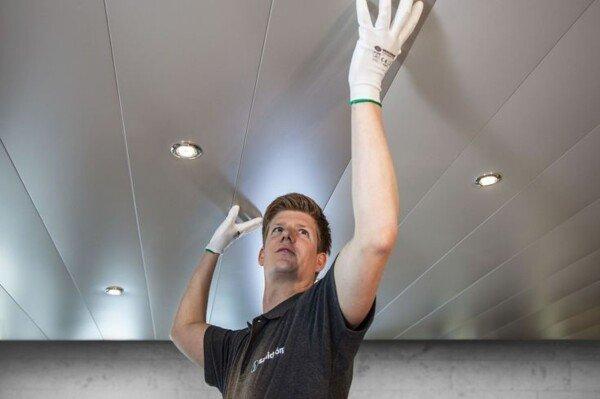 Kurk Kliksysteem Badkamer : Installatie van wand en plafondpanelen met een eenvoudig kliksysteem