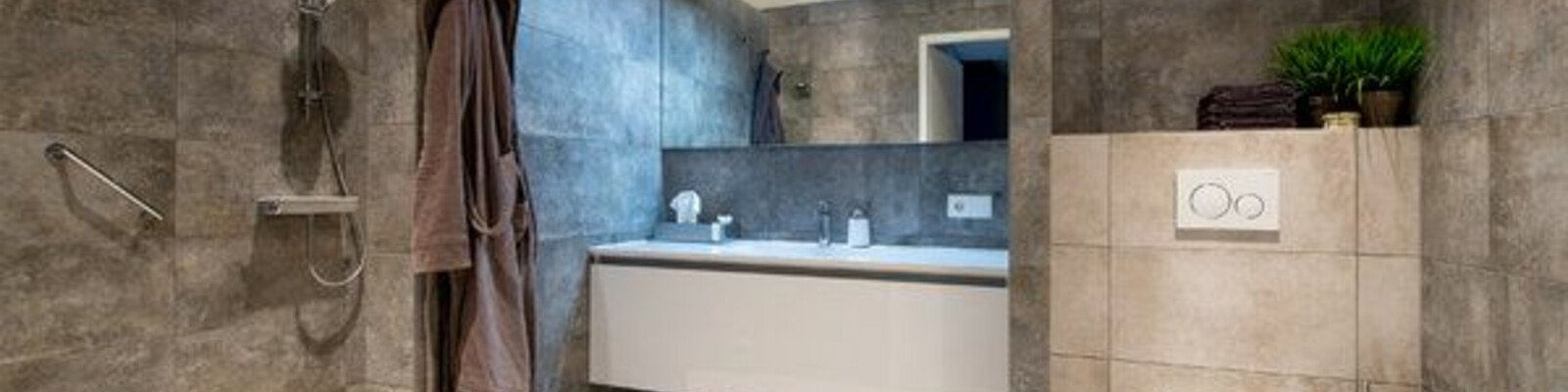 Een tweede toilet in de badkamer: hoe creëer je privacy?