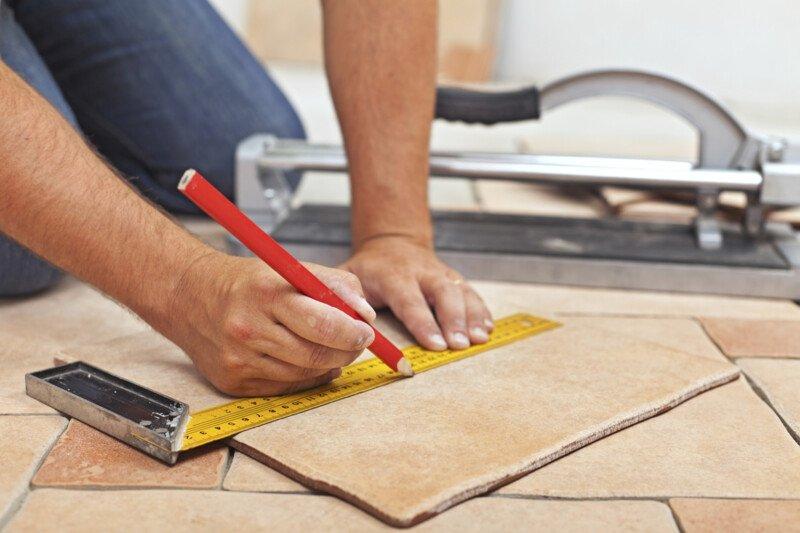 Tegels op tegels plaatsen: een renovatieproject